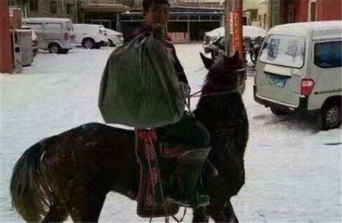 快递骑马送包裹 网友惊呼真的是快马加鞭!