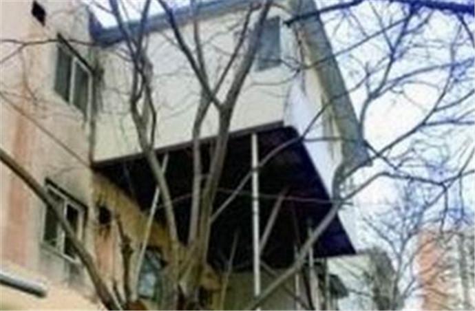 北京街头现悬空房