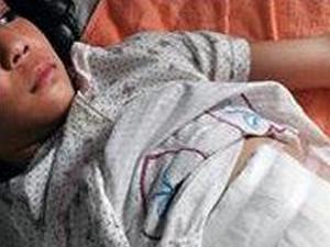 女孩遭亲妈家暴 虐童问题仍需引起全社会关注