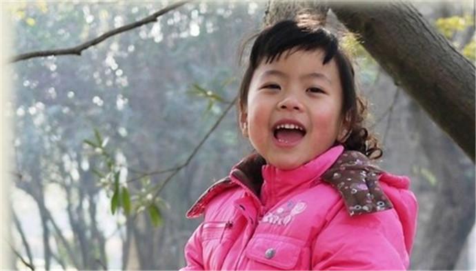 小女孩害怕见阳光 苦痛最终都会成前进的动