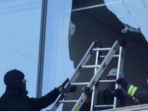 清洁工擦窗困楼外,消防员如神兵天降破窗解