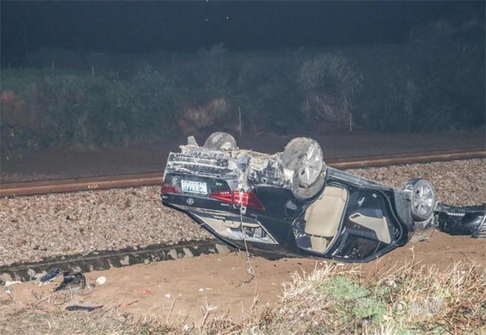 轿车被火车撞飞