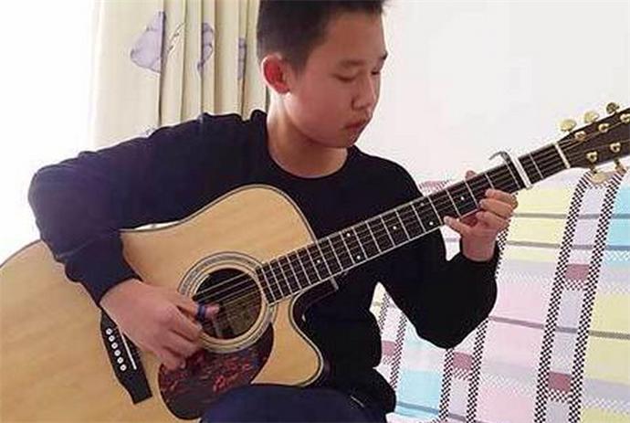 小哥弹吉他成网红