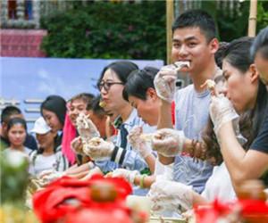 游客三亚比赛吃鸡,千名游客一起上阵场面十分壮观!