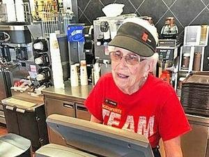 94岁老奶奶工作 44年工龄仍无意退休