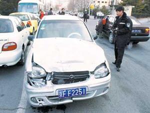 女司机开车来大姨妈竟然连撞4人,网友称太