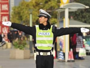 违停司机批评交警,目前已被停职并向交警致