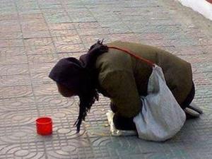 女孩戏耍殴打乞丐致对方横死地下通道