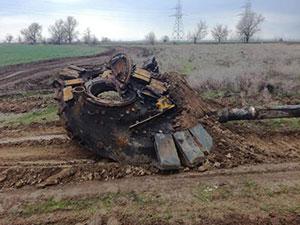 坦克撞上高压电塔 场面堪比放烟花