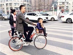 共享单车花式载人 请停止危害生命
