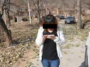 孙女扫墓沉迷手机 低头族泛滥传统恐被遗弃