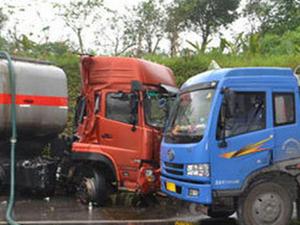 油罐车货车相撞起火 开车的时候一刻都不能掉以轻心