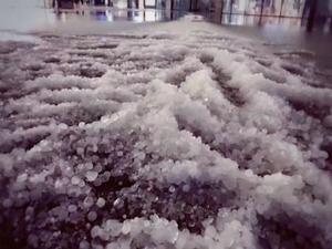 贵阳多地大雨冰雹 市民出行需加注意天气状况