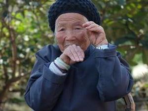 94岁功夫奶奶健步如飞 为我们中国功夫和老奶奶点赞