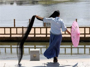 女子留3米长发 一位翩翩长发的才女