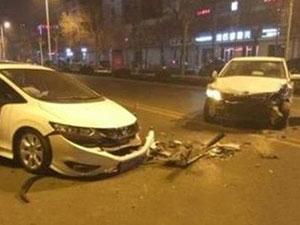 男子酒后夺车闹市连撞 被逮到时候做出低俗