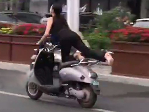 南宁一女骑手乘电驴飞行 骑姿销魂仿佛要飞