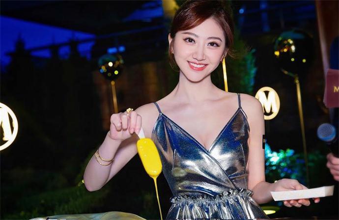 景甜穿金色V裙大秀好身材