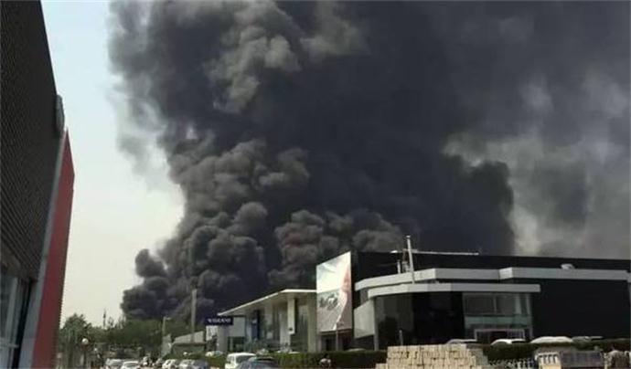 北京蟹岛度假村火灾 近百辆大巴掀起滚滚黑烟笼罩