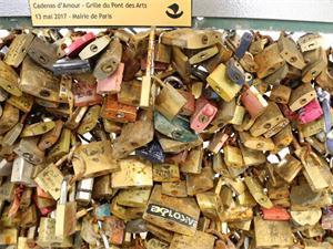 巴黎情人桥爱情锁拆除拍卖 爱情锁将不再出