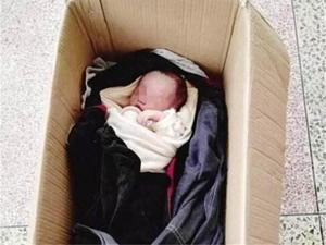司机深夜捡到男婴 揭亲生父母狠心抛弃幼子
