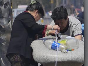 直饮水成取水点 市民霸气拿桶接水且一人不行两人上