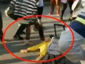 母亲街头踩踏幼女 亲妈蛮横猛踩幼女详情始
