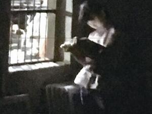 小学女生借工厂灯光读书 暖心故事感染众人
