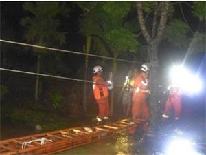 海南暴雨冲垮桥梁 老人小孩共11人被困