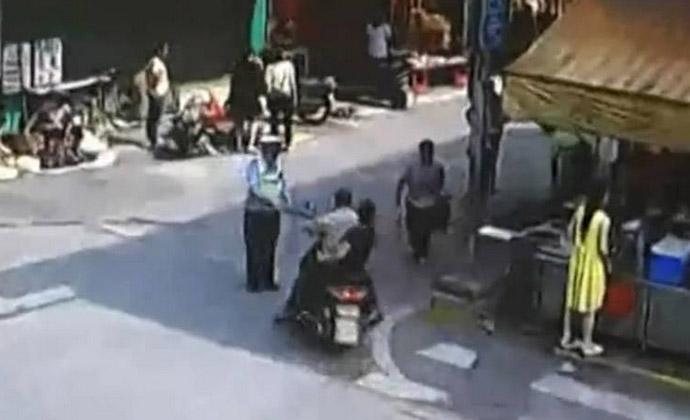 无证骑摩托被扣偷袭交警