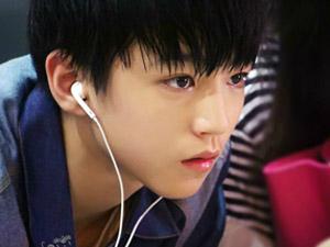 王俊凯备考被围观 高考前完成6个学科知识难于上青天