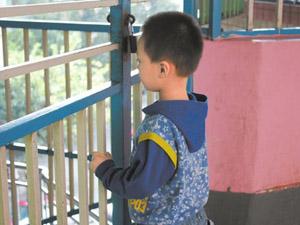男孩被丢幼儿园 男童惨遭爹妈抛弃变得沉默