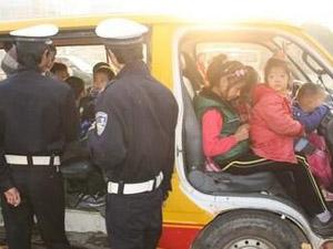 幼儿园车核载11人实载34人 十分惊险幸无人身亡事故原因曝光