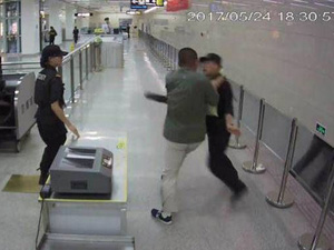 乘客暴力拒绝安检 监控拍下男子施暴全过程