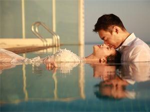 何姿晒唯美水中婚纱照 唯美场景宛若仙境