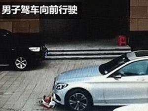 保安躺地阻止豪车进停车场 致头部受伤鲜血