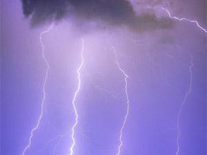 一夜6万闪电袭击 英国天空遍布雷网现奇观令