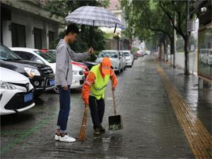 大学生为保洁撑伞 只是一个简单的原因