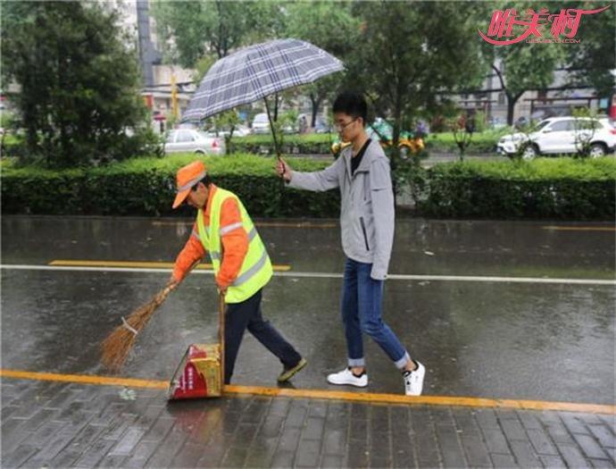 大学生为保洁撑伞