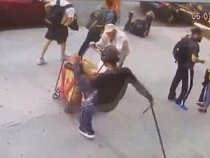 90岁老人遭路人暴打 年轻力壮男子痛下狠手现场曝光引公愤
