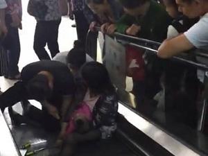 襄阳商场电梯出事 女童手指被夹痛哭姥姥呼