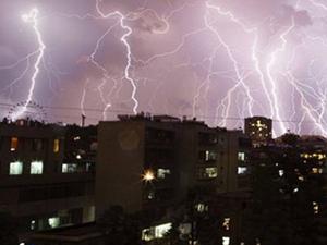 英国一夜之间6万道闪电袭击 市民皆呼劫后重