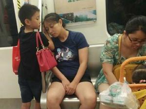 男孩用手为妈妈垫着睡觉 地铁上演多幕暖心画面感动众人