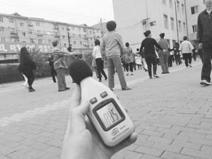 广场舞老人拒让高考 高考前夕依然广场舞跳起