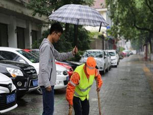 大学生为保洁员撑伞 人间自有温情在