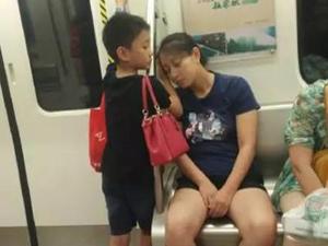 成都地铁小暖男 一小举动引万人狂赞
