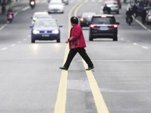 女子横穿马路被两车主殴打 路人见状出手相助举止惊人