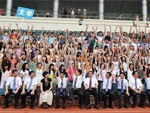 武汉最牛毕业照 4千多毕业生齐拍全家福现场