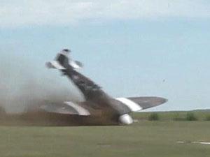 特技表演直插地面 法国一战斗机失控现场视