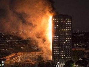 伦敦西部公寓大火 火灾现场曝光雄雄烈火浓烟弥漫
